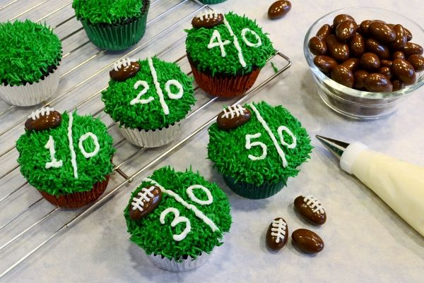 Championship Chocolate Cupcakes Recipe & Tutorial by Cakewalker #Superbowl