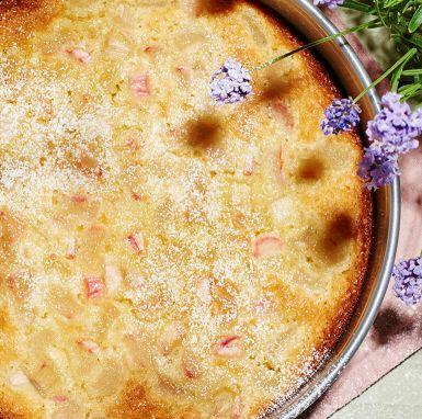 Smarrig kladdkaka med rabarber, vit choklad och kardemumma. Ett lättlagat och somrigt recept där rabarberns syrliga strävhet balanseras av den söta och mjuka kladdkakan.