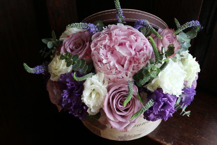 Cutie cu flori  #flowers #box #flowersbox #flowersinabox #gift #sayitwithflowers #madewithjoy #madewithlove #paulamoldovan #livadacuvisini #flori #evenimente #candybar #bucuresti ##bucharest #florist #pink #peonies #bujori #purple  #roses #veronica  #white #eustoma #pantone2018 #ultraviolet  #cutie #flori #cutiecuflori #floriincutie #cutieflori