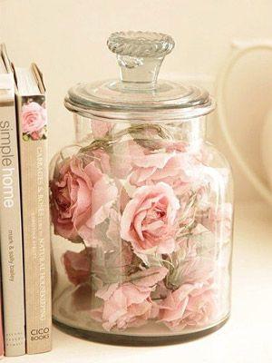 DIY: Pote com rosas para uma decor romântica no ambiente. Descubra inspirações para a decor desse estilo no nosso post e faça da sua casa um espaço super fofo :)