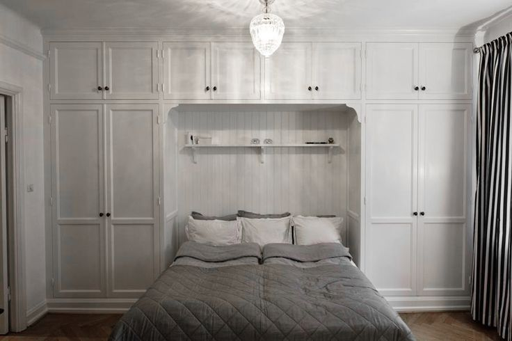 Barnrummet, garderob runt sängen/sängarna.