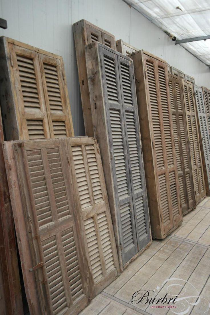 Oude kozijnen met louvre deuren - Oude bouwmaterialen - Burbri; mooie luiken bij alle ramen hangen voor het landelijke gevoel en uitstraling? Louvre of paneel?