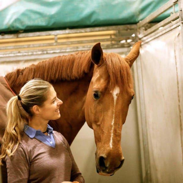 Déchirant : présente à Rio pour les JO, cette ex-médaillée olympique abandonne la compétition, en pleurs, au dernier moment, pour sauver son cheval, qu'elle ne sent « pas bien »