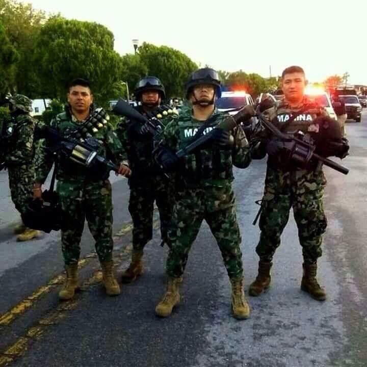 Marinos Mexicanos con armamento pesado, siempre listos para combatir a la delincuencia, todo por la patria.
