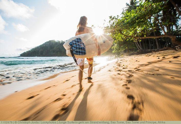Junge Surferin geht am Strand entlang, Sao Tome, Sao Tome und Príncipe, Afrika