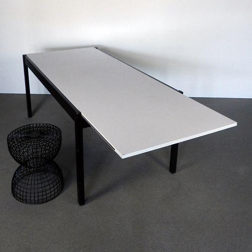 Pastoe dining table Vintage eettafel van Pastoe uit de jaren 50/60 van de vorige eeuw. Populair in die tijd waren meubels die met een kleine aanpassing groter gemaakt konden worden. . Deze uitschuiftafel was een echte musthave in de jaren 50. Ook ook nu is deze tafel nog steeds erg populair en  door zijn strakke vorm   past hij in ieder interieur. Je kan de tafel heel gemakkelijk veranderen in een eettafel voor 8 personen.