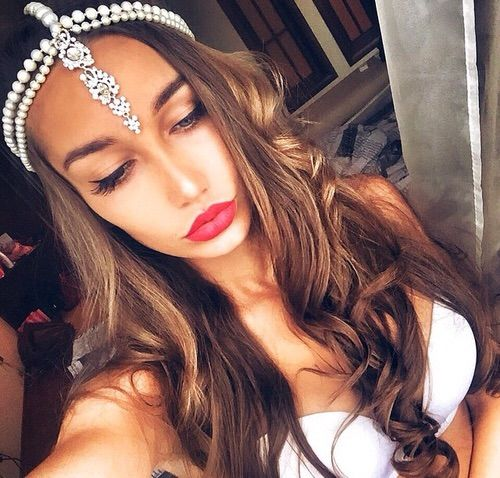 Image via We Heart It #gorgeous #Headbands #longhair #love #loveit #pearls #redlipstick #croptops #gorgeoushair #longhairnocare