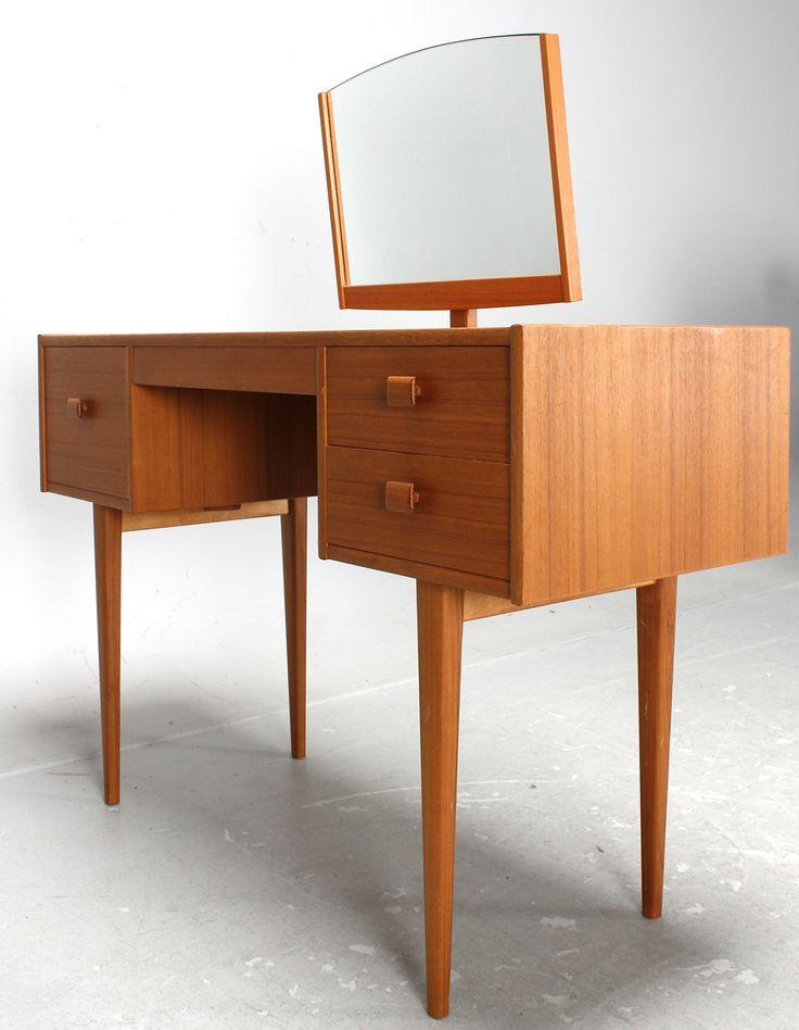 Nätt sminkbord i teak från 1950-talet som såldes för  1700 kronor hos Lauritz.com.
