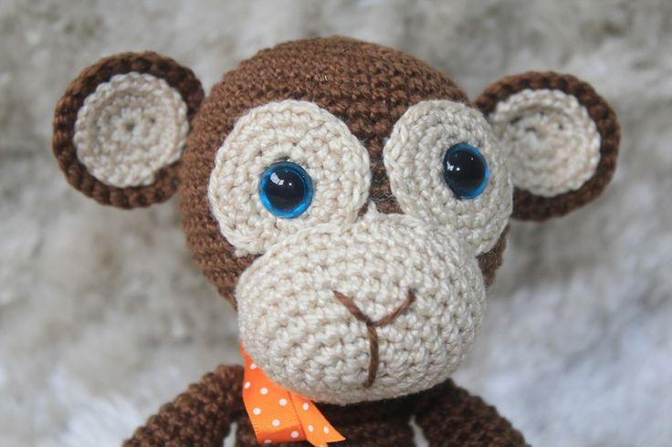 Macaco de crochê confeccionado com linha para crochê 100% algodão, fibra sintética, olhos com trava de segurança e horas de muito cuidado e carinho! :)    As dimensões e peso do produto podem variar, assim como a modelagem, já que é completamente feito à mão - o que faz o seu amigurumi ser único!...