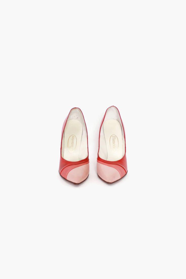 Vintage jaren 1950 drie gestemde lederen pompen. Rode lippenstift hakken met geplooide streep die aan de bovenkant van de teen in 3 tinten van roze