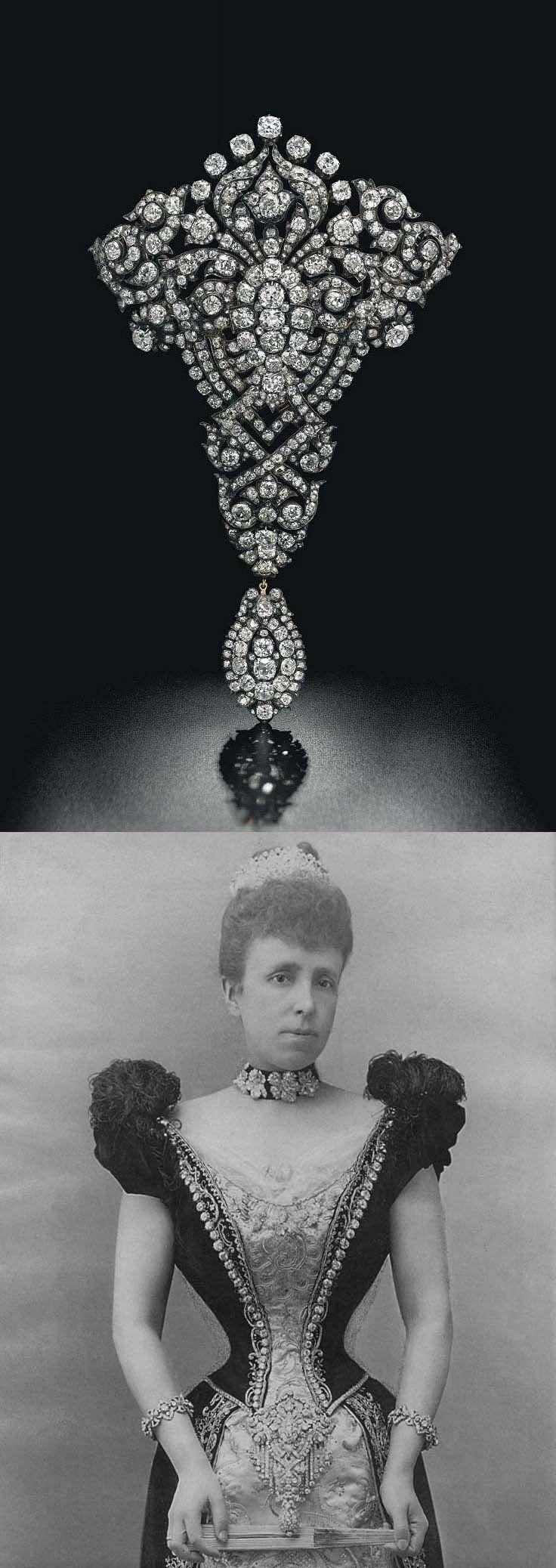 Broche de diamantes con forma de ramillete diseñado como una gran palmeta, montado en plata y oro, 20.0 cm. En 1879, este broche se lo dio como regalo de bodas el rey Alfonso XII de España a su segunda esposa, la archiduquesa María Cristina de Austria.