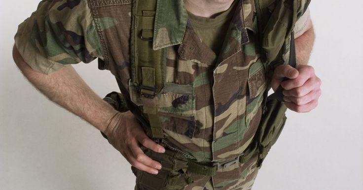Requisitos para la reserva militar. El Ejército de los EE.UU., la Armada, la Infantería de Marina, la Fuerza Aérea y la Guardia Costera reclutan reservistas en preparación para tiempos de guerra. Se requieren que los reservistas en todas las ramas militares de EE.UU. dediquen un fin de semana al mes y dos semanas al año a la formación y el trabajo militar y pueden ser llamados a ...