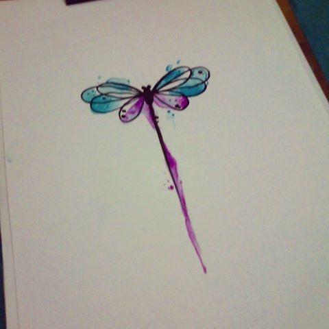 Hermoso diseño de libélula trabajada en acuarelas