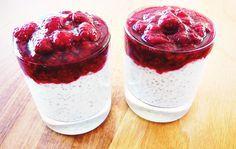 Chia semínka v poháru ze zakysané smetany a mléka s rozmačkanými oslazenými čerstvými malinami. Dobrá volba pro zdravou svačinu nebo snídani.