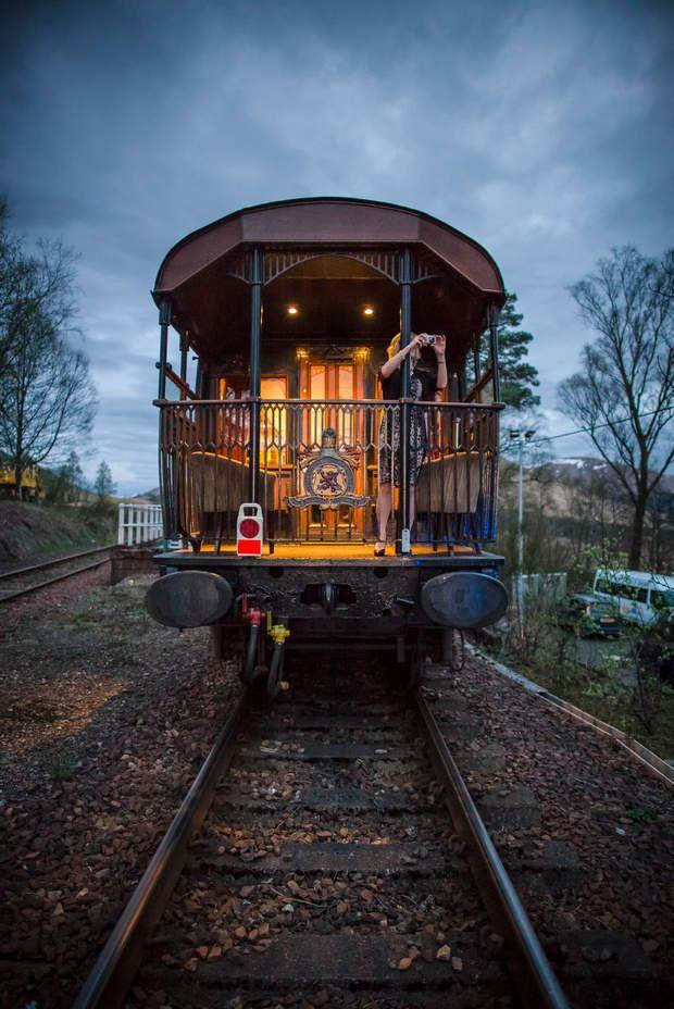 À l'arrière du trainDepuis la plateforme, à l'arrière du Royal Scotsman, on peut…