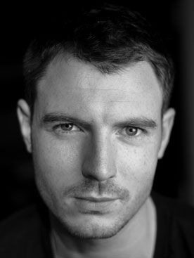 Richard Flood. AKA Tommy the hot Irish man from Crossing Lines. Give me a good Irish accent any day. mmm.... and eye candy too...