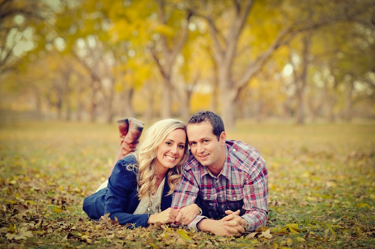 cute fall picture engagement idea