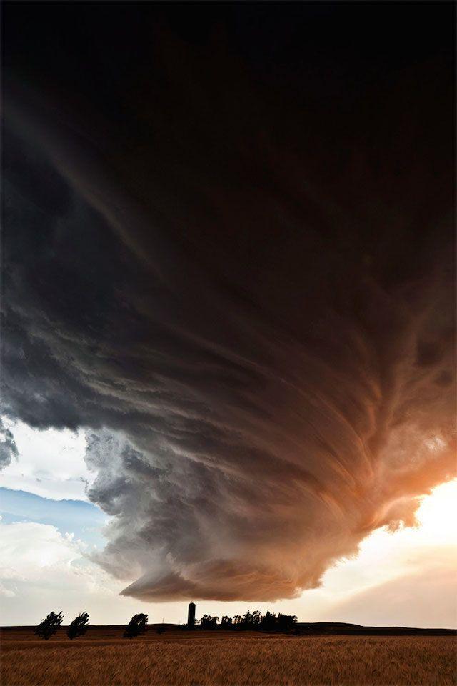 Depuis 2012, la photographe américaine Camille Seaman est ce qu'on appelle « une chasseuse de tornades ». Elle parcourt beaucoup de régions des Etats-Unis telles que le Nebraska, Texas, Minnesota, Kansas ou encore l'Oklahoma, à la recherche de la tornade la plus élégante. Elle se retrouve à chaque fois confrontée à un ballet de nuages qui semblent aspirer l'horizon.