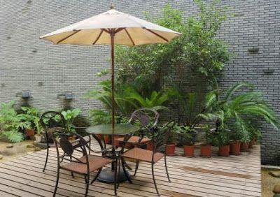 Pequeña terraza con jardín