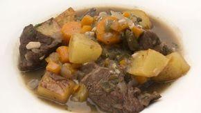 carne de ternera con patatas, zanahorias y salsa de vino tinto.