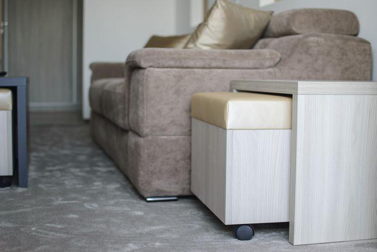 Extra ülőhely elrejtve a kis asztalok alatt