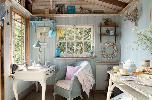 Dit schattige huisje bevindt zich op het Engelse eiland Wight. Het is ingericht met vintage meubels en accessoires in een romantische stijl.