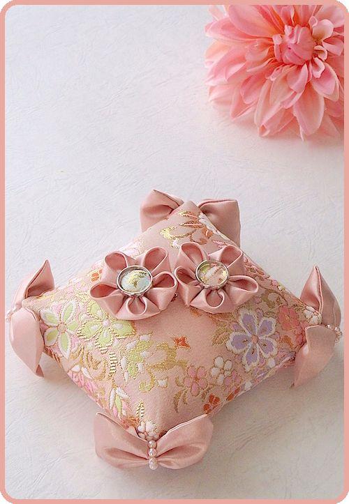 和風リングピロー/Japanese-style pink ring pillow decorated with cotton-filled satin ribbon