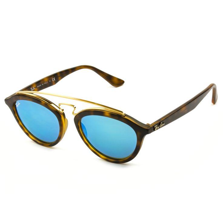 Conheça o Ray Ban Gatsby.  Acompanhando as tendências da moda a Ray Ban trouxe de volta um clássico de sucesso dos óculos vintage. Este modelo tem tudo para bombar em 2016 seguindo a tendência dos óculos redondos e ovais. Disponível em dois tamanhos, para rostos médio e pequenos. Este modelo você encontra na Visostore.