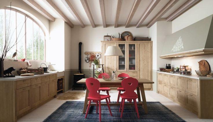 Il tavolo della collezione Tabià di Scandola ricorda quelli delle baite di montagna; è interamente realizzato in abete massello color malto spazzolato.  Le sedie sono in abete massello in un'accesa finitura fragola spazzolato che dà vita a un'atmosfera fiabesca