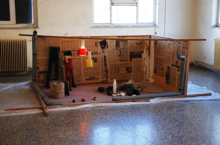 Βλάσης Κανιάρης Interior, 1974 Εγκατάσταση, 110×370×235 εκ. Παραχώρηση Ιδιωτικής Συλλογής Φωτογράφιση Σπύρος Στάβερης