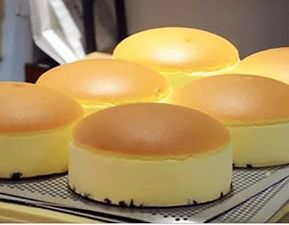 Rețetă pentru aluat de tip chec pentru prăjituri cu fructe, foarte ușor de făcut. Gustos și pufos. Pentru a prepara acest aluat, aveți nevoie de următoarele ingrediente: – 6 oua – 300 g zahar – 10 …