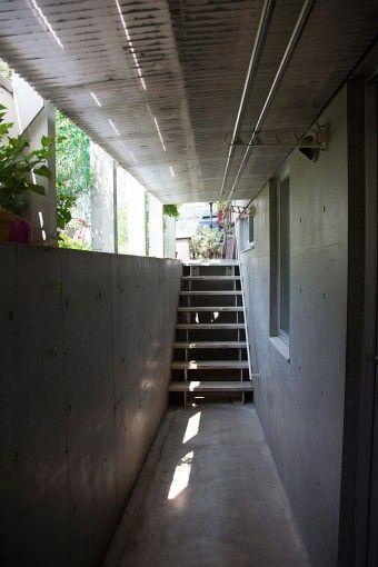 半地下にあるアトリエへの入口。庭が見えるように考えた。