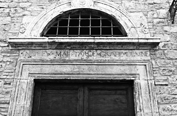 No fu mai tarde gratie devine. Ascoli Piceno, Via C. Mazzoni 3.