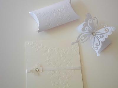 Partecipazione di matrimonio elegante e classica con farfalla decorativa: guarda tutti i nostri operatori e trova il tuo..  http://www.lemienozze.it/operatori-matrimonio/partecipazioni_e_tableau/