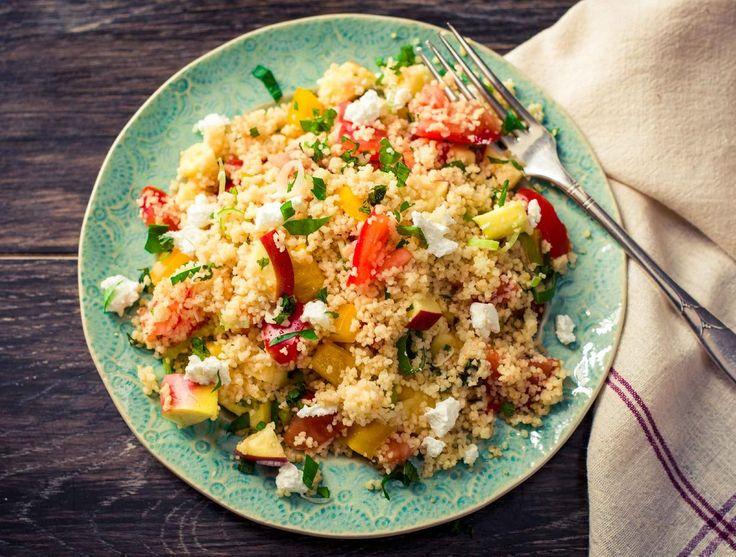 Tabouleh is een salade uit de Libanese keuken. Het is fris dankzij de limoen, verse munt en verse koriander. Het gerecht is supermakkelijk om klaar te maken, vergt weinig afwas en smaakt heerlijk dankzij de hemelse combinatie van romige geitenkaas en zoete appel.