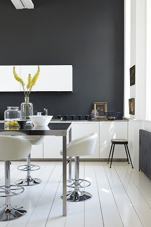 dramatic white contemporary kitchen with black walls - Peinture grise pour cuisine blanche