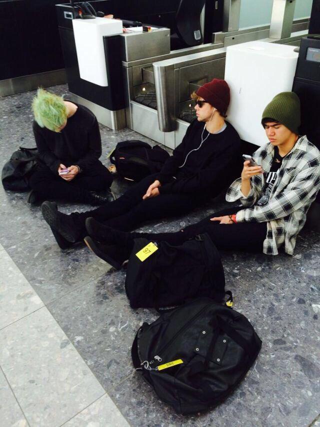 Ashton Irwin, Michael Clifford, and Calum Hood 5sos relaxing at the airport. Where's Luke ? Lol!