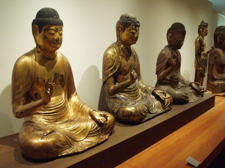 Différents buddhas de la section Japon du musée Guimet.