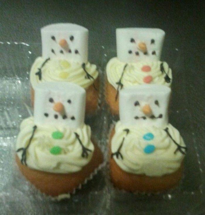sneeuwpop cupcakes, deze heeft mijn dochter op de kerstmarkt van school verkocht, ze gingen als warme broodjes over de toonbank.