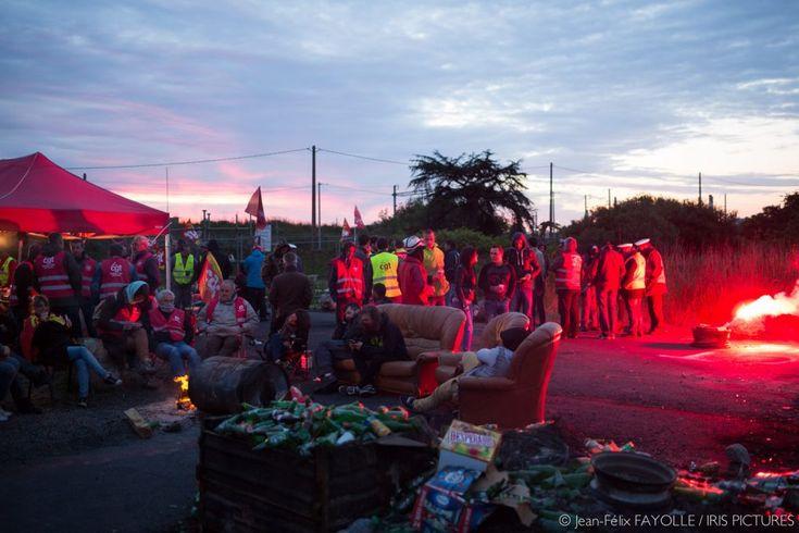 Donges (44), près de Nantes est la deuxième plus grande raffinerie de France. Elle est bloquée depuis 8 jours. Le bras de fer entre la CGT et le gouvernement s'intensifie. Les syndicalistes peuvent se faire déloger à tout moment. Cette nuit était calme. Le blocage continue. 25 mai 2016