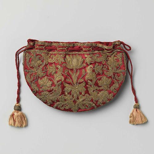Halfronde, platte buidel van ceriserood satijn geborduurd met symmetrisch bloem- en bladmotief in gouddraad, met trekkoord en zijden kwasten, anoniem, ca. 1600 - ca. 1699 - Rijksmuseum