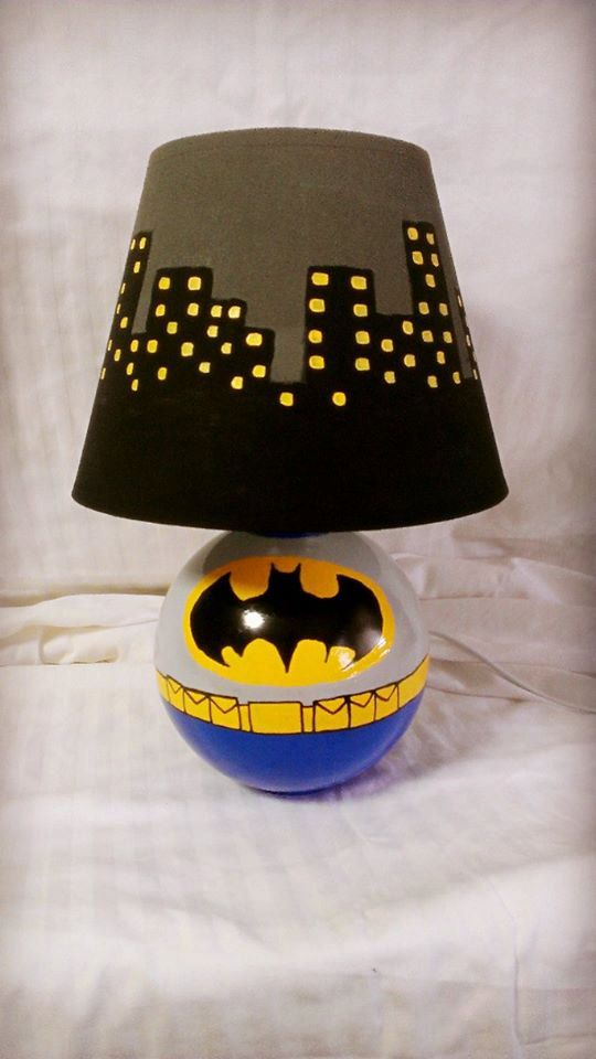 Añadir algunos nerdyness a su casa, con esta increíble lámpara de encargo mano pintado Batman. Son piezas muy cool y super divertidos para tener en tu casa, dormitorio u oficina. Perfecto para un niño s dormitorio así.    Si desea un tema o personaje diferentes para la lámpara y la cortina de lámpara, me avisan y puedo personalizar la lámpara a tu gusto! Aproximadamente 15 de alto.    Mensaje me de una orden de encargo.