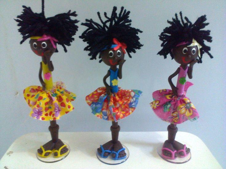 Caneta decorada lembrança da Bahia  Modelo mulata afro  Confeccionada em biscuit, saia de chita (tecido), cabelos em lã  Caneta BIC cristal.  Ideal para lembrança, decoracao, aniversario