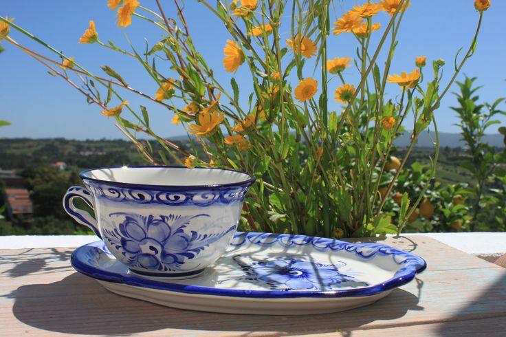 Handmade ❀ Almoçadeira Grinalda Azul - Conjunto de chá em faiança elaborado em fábrica local e familiar e pintado à mão. Com pintura em tons de azul que remetem para os desenhos tradicionais da cerâmica antiga e tradicional de Alcobaça. Inspired by Lemon