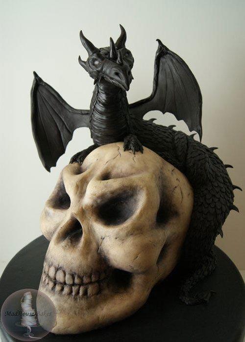 Torta di Halloween a forma di teschio e drago