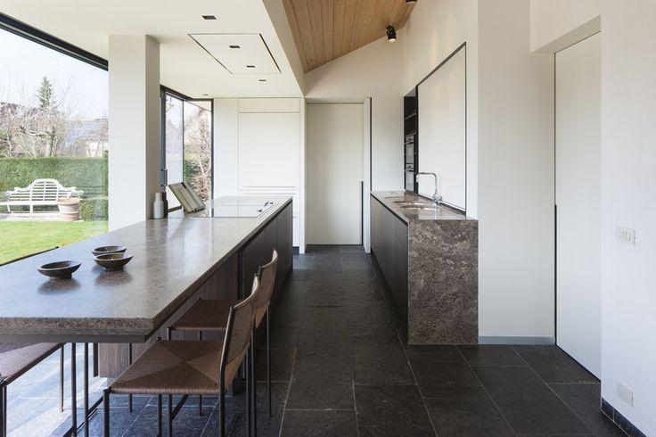 In deze keuken schittert het bijzondere marmer Muschelkalk uit onze XENTRIQ-collectie. Een elegant keukeneiland mondt uit in een zwevende tafel. #marmer #marble #Muschelkalk #keuken #kitchen #modernekeuken #keukeneiland #potierstone
