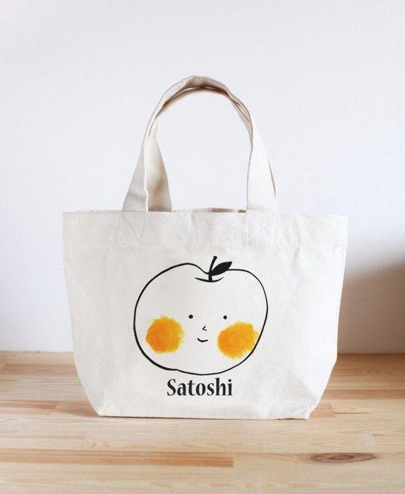 名前の入れられるミニトートバッグです! あなただけのオリジナルバッグをお届けします。 備考欄にお名前を記入してください! りんごイラストがかわいいデザインです...|ハンドメイド、手作り、手仕事品の通販・販売・購入ならCreema。