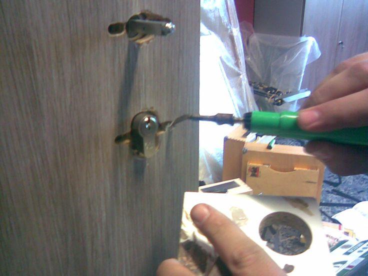 Oprava špatně navrtané díry pro kování dveří - tmelení tavným voskem, #oprava, #dveře, #zárubně, #obložky, #repair, #Instandsetzung, #Reparatur