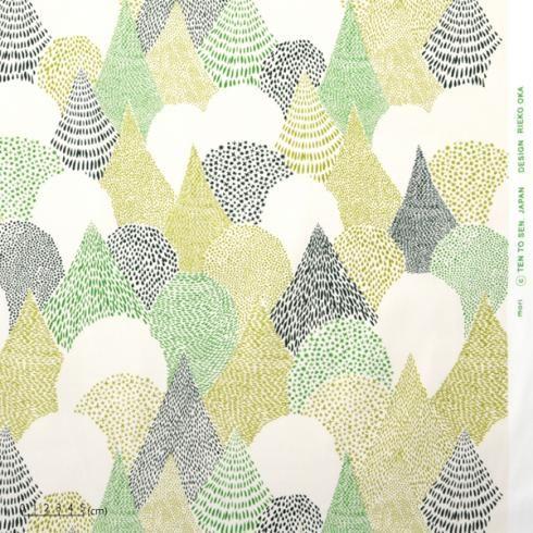学生時代、大学のゼミ室の窓からはカラマツ林が見えました。地面には松葉がふわふわと積もり、深い森へと続いています。風に揺れる葉の一枚一枚を点描で表現し、どこまでもつながる模様を作りました。点描の濃淡による模様は、近くで見るとにぎや