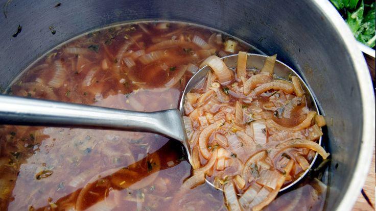 Løksuppe er en rett med ingredienser som er lette å få tak i året rundt, og den er enkel å lage. Tareq Taylor har øl i suppen, og litt eddik for ekstra syre.